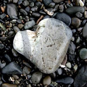 Hjärtformad sten på strand